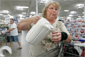 Dona de casa demonstra dificuldade em utilizar embalagem de leite. David Maxwell para The New York Times