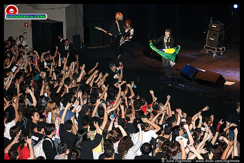 Toshi with T-Earth no palco do HSBC Brasil