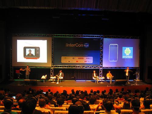 Palco do InterCon 2008, com duas palestras acontecendo simultaneamente (everton/flickr)