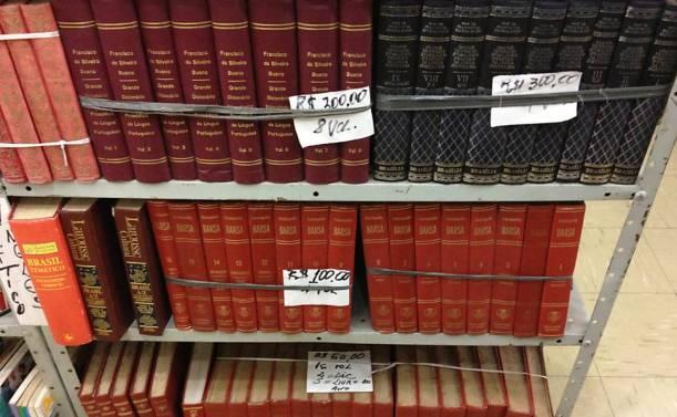 Sebos vendem livros por metro para decoração de escritórios e residências