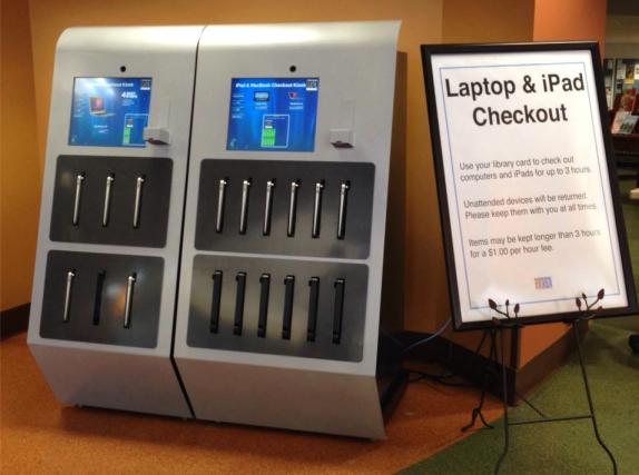 Máquina de empréstimo de laptops e iPads em biblioteca dos EUA